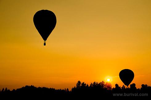 horkovzdušné balóny při západu slunce